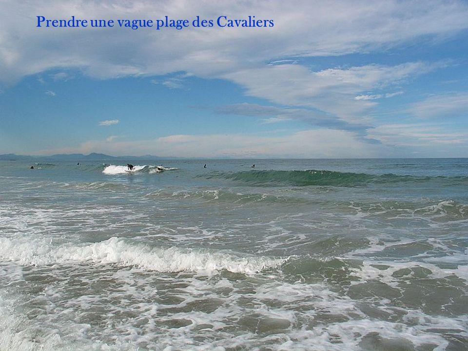 Prendre une vague plage des Cavaliers