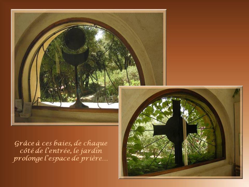 Grâce à ces baies, de chaque côté de l'entrée, le jardin prolonge l'espace de prière…