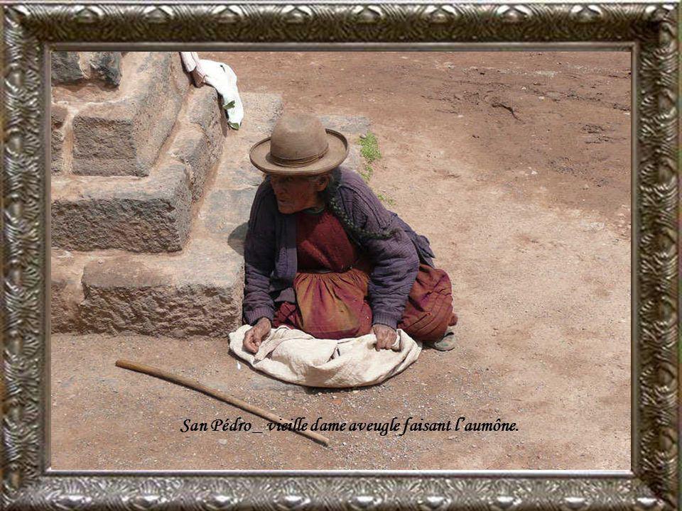 San Pédro _ vieille dame aveugle faisant l'aumône.