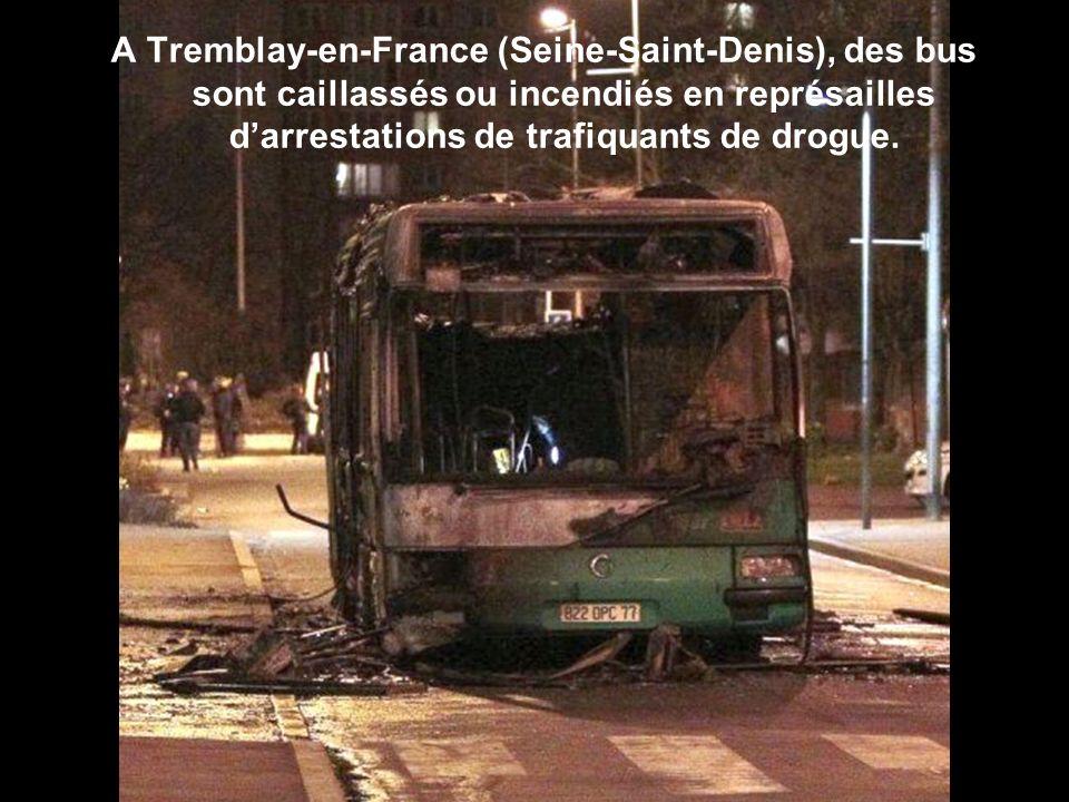 A Tremblay-en-France (Seine-Saint-Denis), des bus sont caillassés ou incendiés en représailles d'arrestations de trafiquants de drogue.