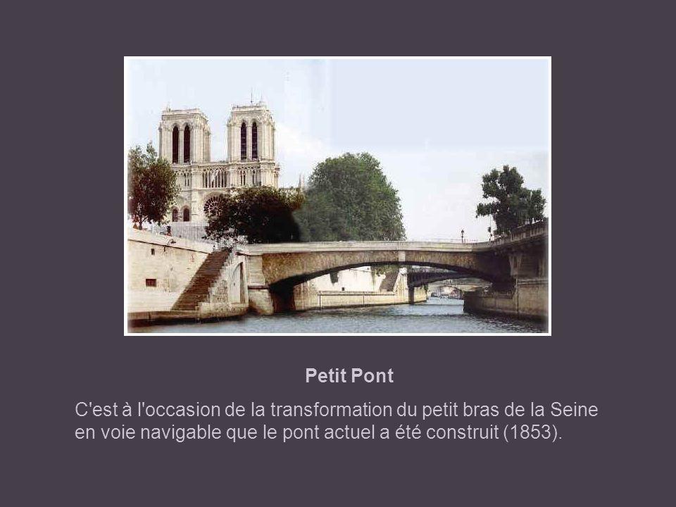 Petit Pont C est à l occasion de la transformation du petit bras de la Seine en voie navigable que le pont actuel a été construit (1853).