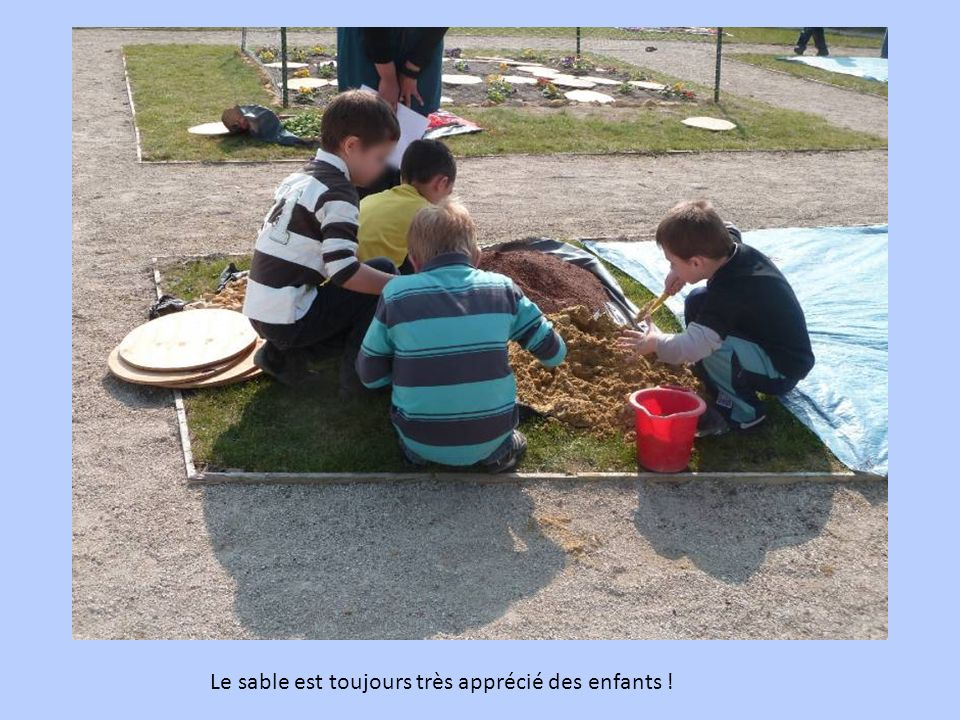 Le sable est toujours très apprécié des enfants !
