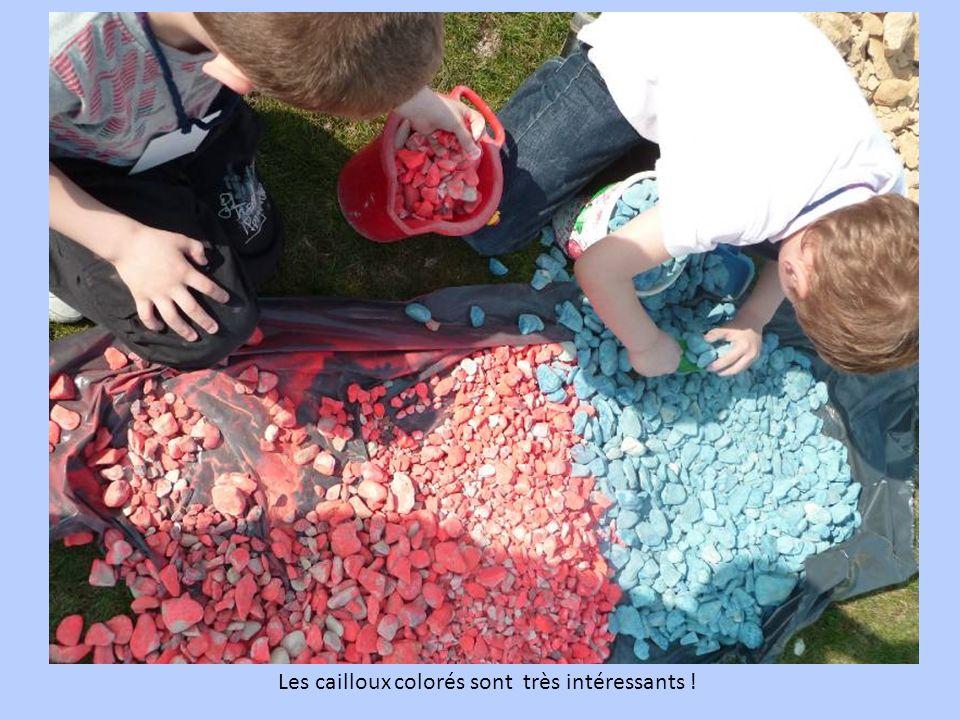 Les cailloux colorés sont très intéressants !