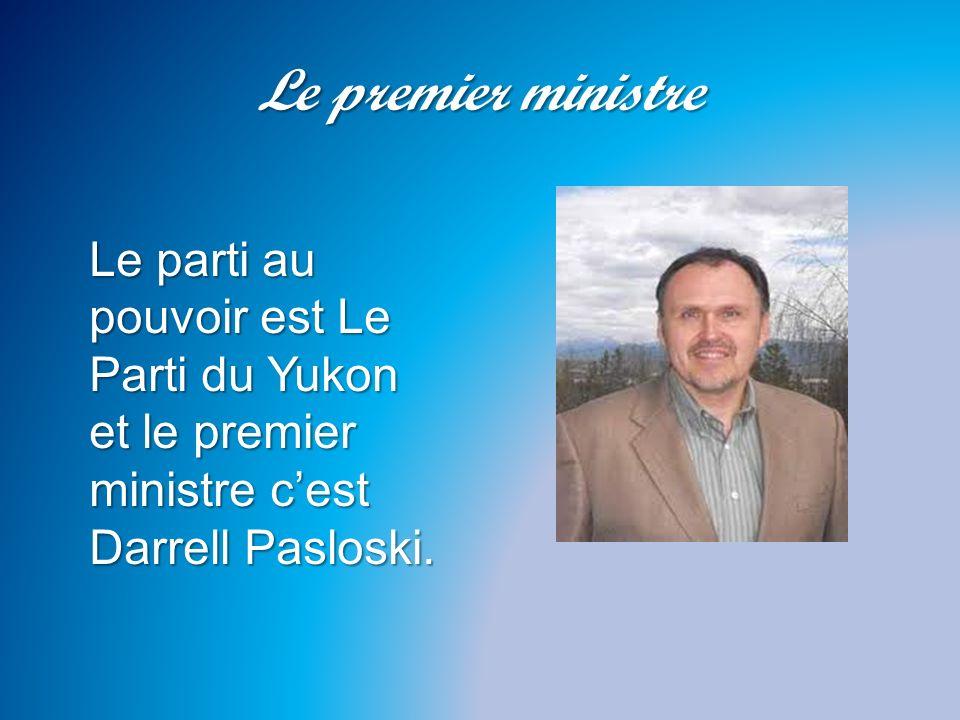 Le premier ministre Le parti au pouvoir est Le Parti du Yukon et le premier ministre c'est Darrell Pasloski.