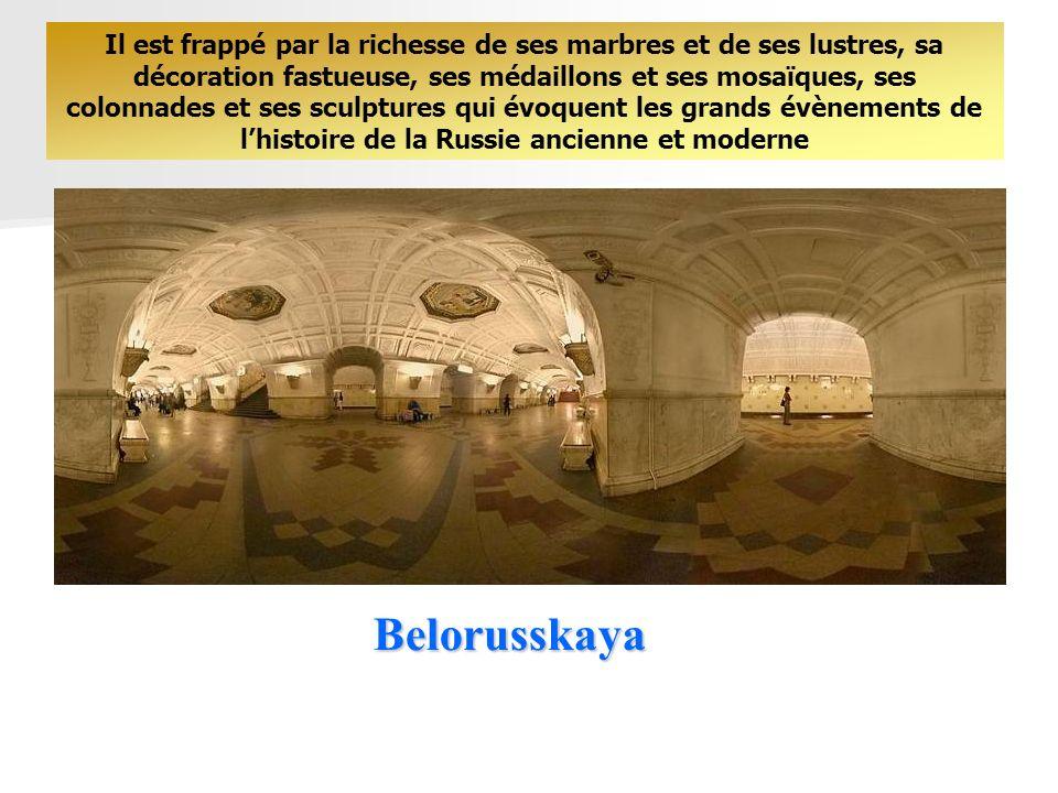 Il est frappé par la richesse de ses marbres et de ses lustres, sa décoration fastueuse, ses médaillons et ses mosaïques, ses colonnades et ses sculptures qui évoquent les grands évènements de l'histoire de la Russie ancienne et moderne