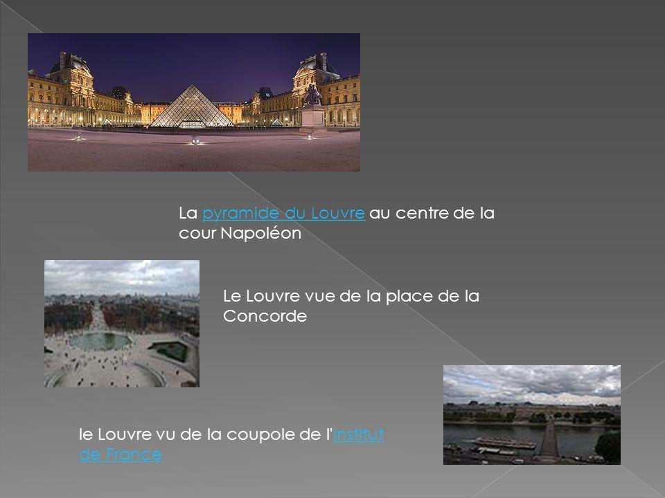 La pyramide du Louvre au centre de la cour Napoléon