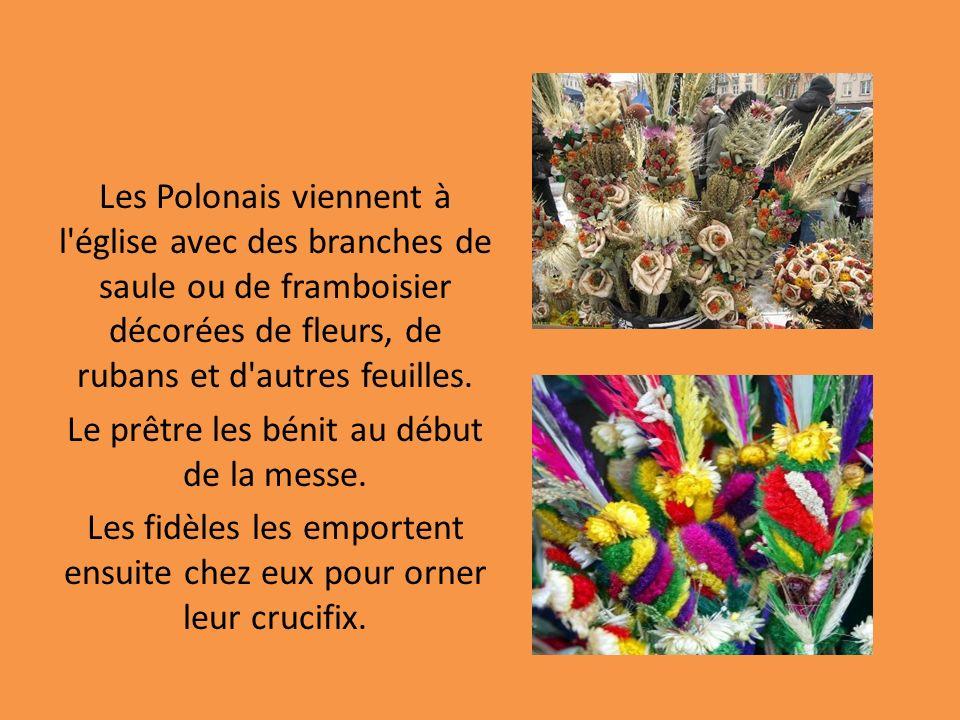 Les Polonais viennent à l église avec des branches de saule ou de framboisier décorées de fleurs, de rubans et d autres feuilles.
