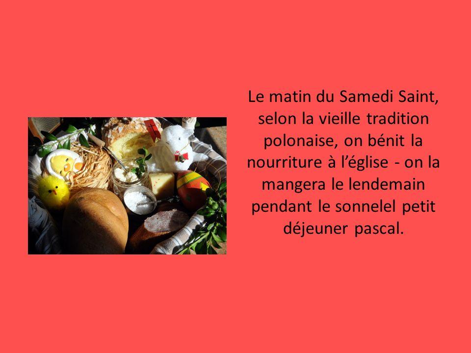 Le matin du Samedi Saint, selon la vieille tradition polonaise, on bénit la nourriture à l'église - on la mangera le lendemain pendant le sonnelel petit déjeuner pascal.