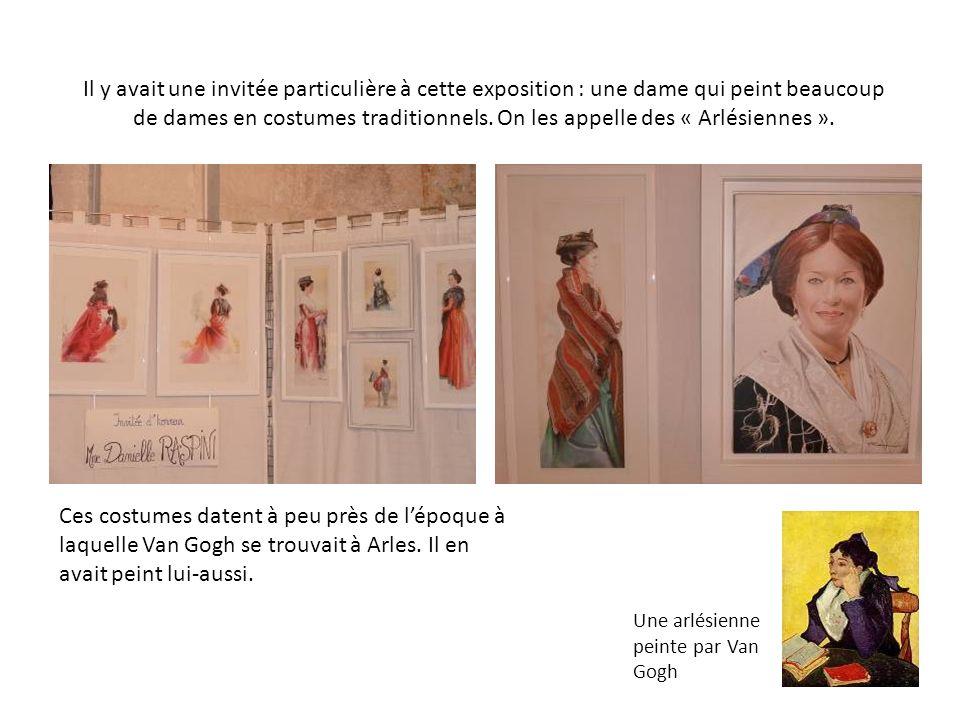 Il y avait une invitée particulière à cette exposition : une dame qui peint beaucoup de dames en costumes traditionnels. On les appelle des « Arlésiennes ».