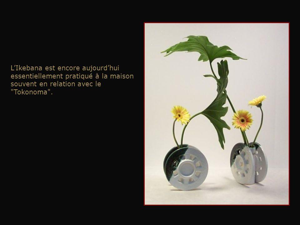 L'Ikebana est encore aujourd'hui essentiellement pratiqué à la maison souvent en relation avec le Tokonoma .
