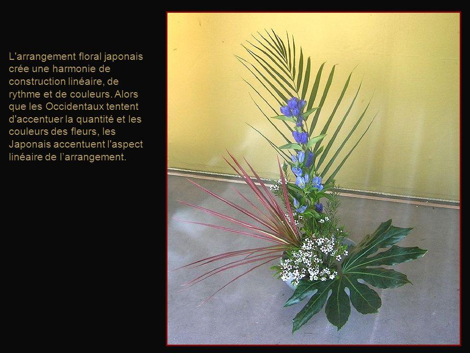 L arrangement floral japonais crée une harmonie de construction linéaire, de rythme et de couleurs.