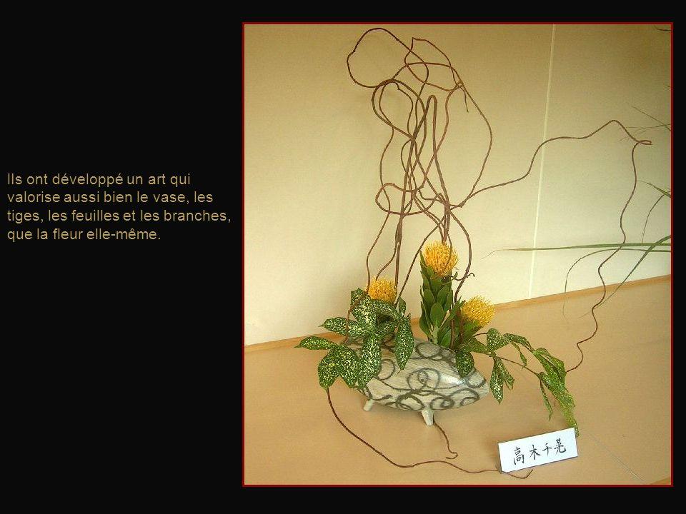 lIs ont développé un art qui valorise aussi bien le vase, les tiges, les feuilles et les branches, que la fleur elle-même.