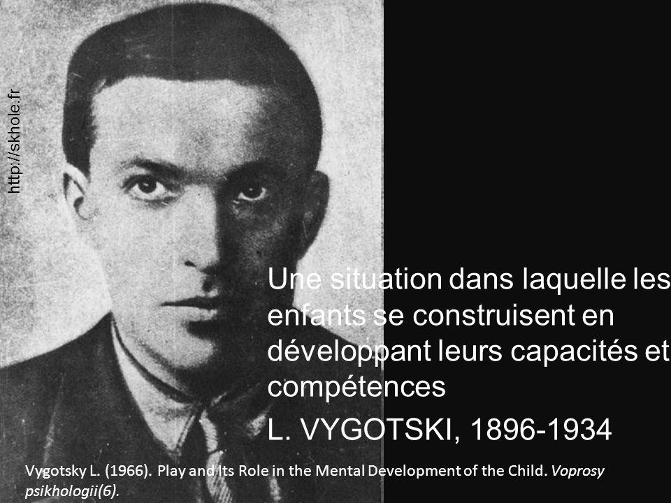 http://skhole.fr Une situation dans laquelle les enfants se construisent en développant leurs capacités et compétences L. VYGOTSKI, 1896-1934