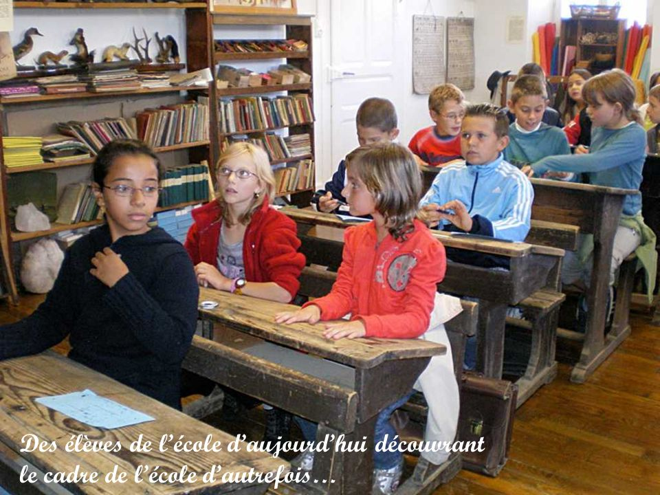 Des élèves de l'école d'aujourd'hui découvrant le cadre de l'école d'autrefois…