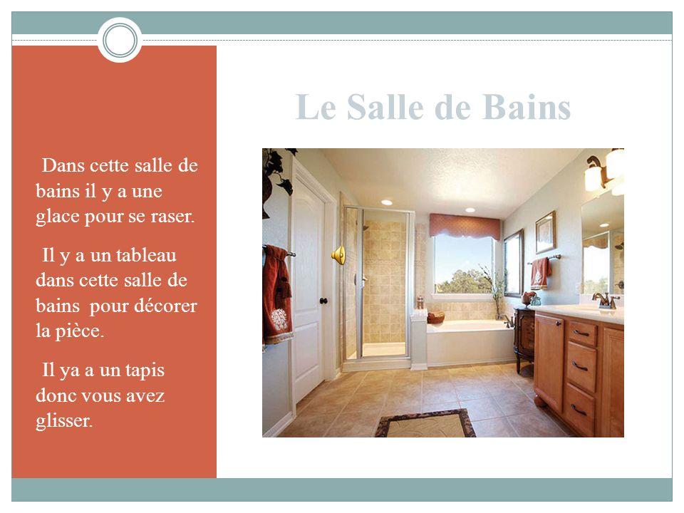 Le Salle de BainsDans cette salle de bains il y a une glace pour se raser. Il y a un tableau dans cette salle de bains pour décorer la pièce.