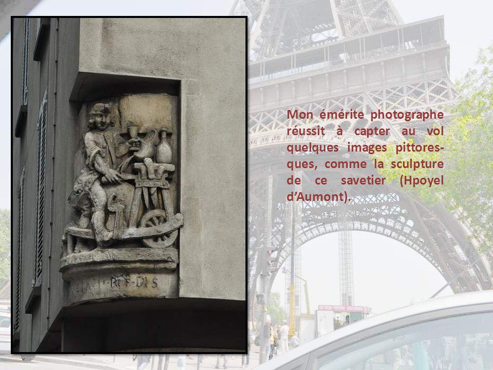 Mon émérite photographe réussit à capter au vol quelques images pittores-ques, comme la sculpture de ce savetier (Hpoyel d'Aumont).