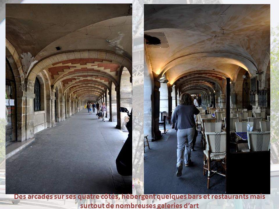 Des arcades sur ses quatre côtés, hébergent quelques bars et restaurants mais surtout de nombreuses galeries d'art