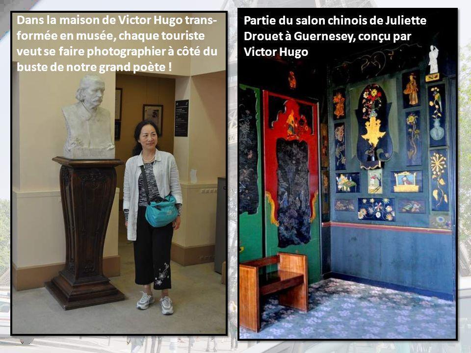 Dans la maison de Victor Hugo trans-formée en musée, chaque touriste veut se faire photographier à côté du buste de notre grand poète !