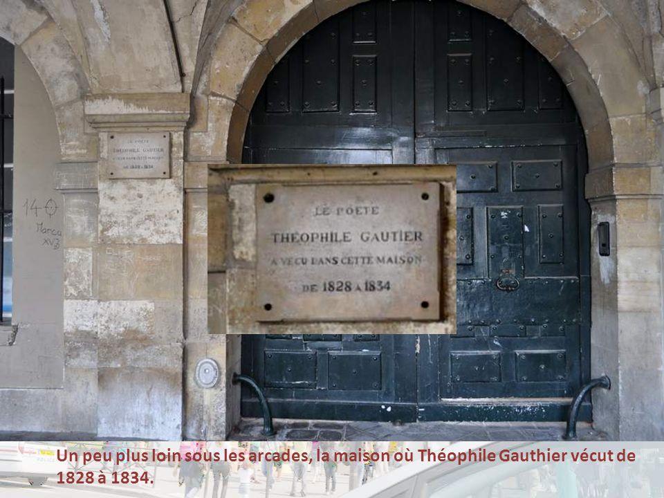 Un peu plus loin sous les arcades, la maison où Théophile Gauthier vécut de