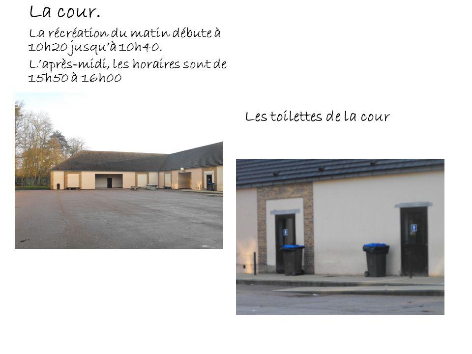 La cour. Les toilettes de la cour