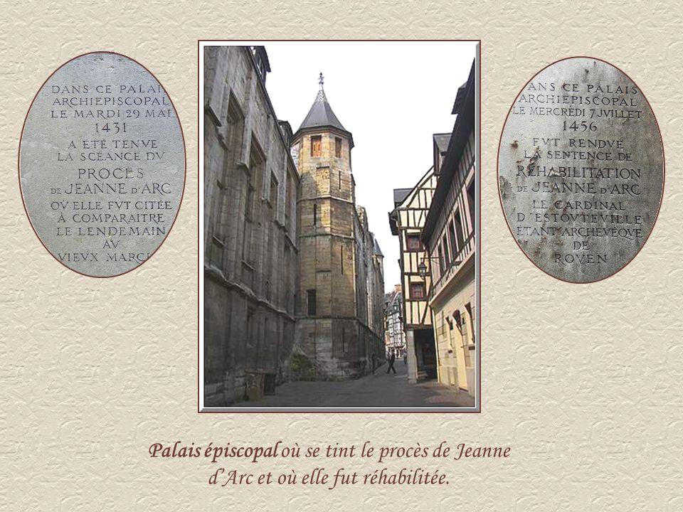 Palais épiscopal où se tint le procès de Jeanne d'Arc et où elle fut réhabilitée.