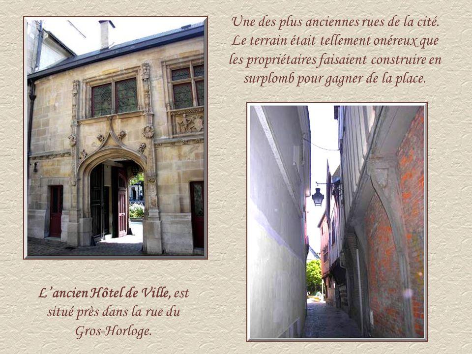L'ancien Hôtel de Ville, est situé près dans la rue du Gros-Horloge.