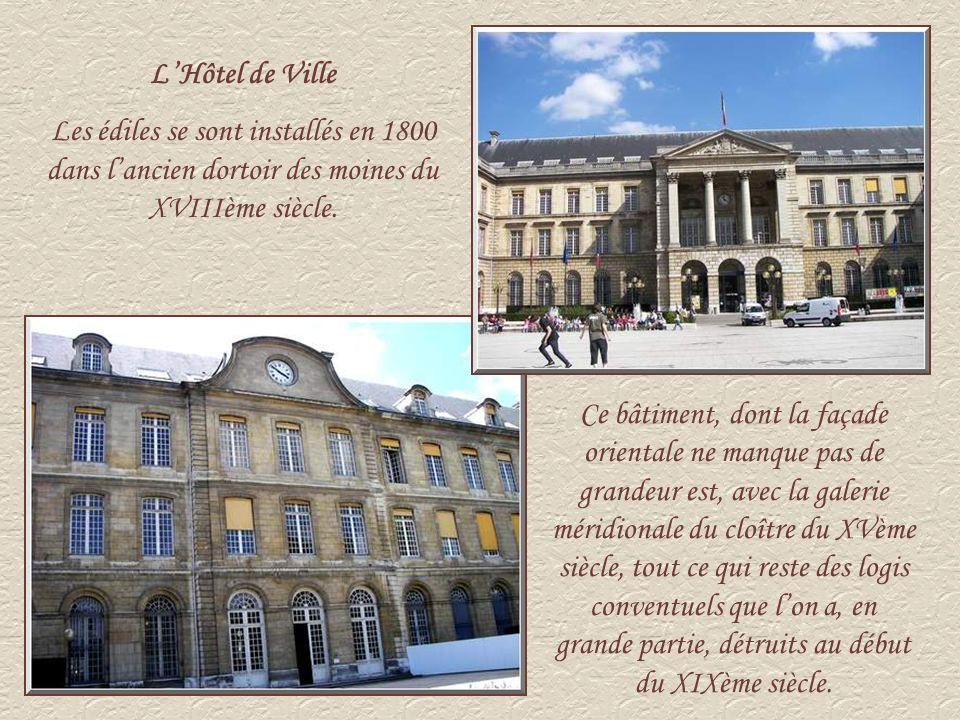 L'Hôtel de Ville Les édiles se sont installés en 1800 dans l'ancien dortoir des moines du XVIIIème siècle.