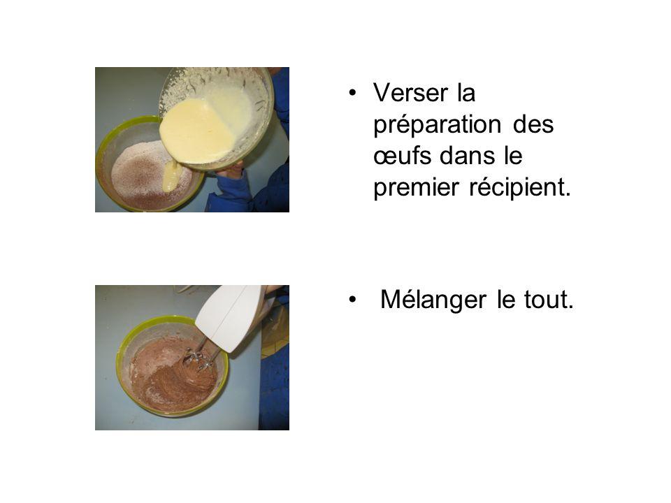 Verser la préparation des œufs dans le premier récipient.