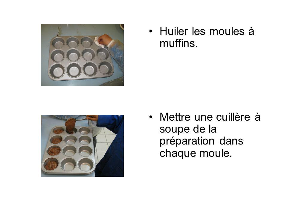 Huiler les moules à muffins.