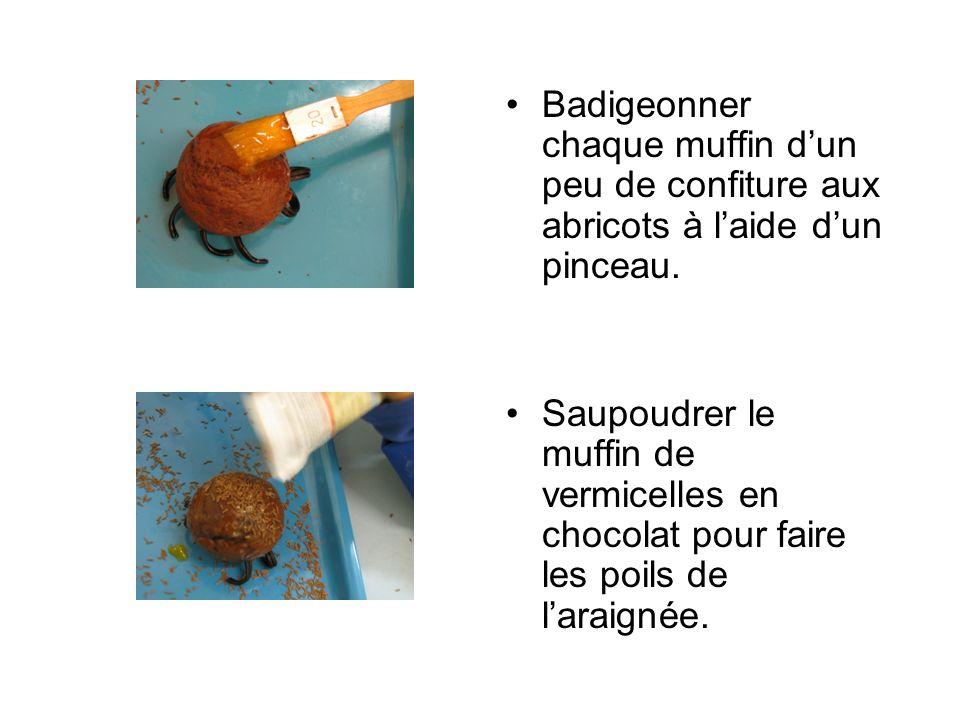 Badigeonner chaque muffin d'un peu de confiture aux abricots à l'aide d'un pinceau.