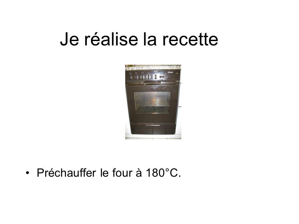 Je réalise la recette Préchauffer le four à 180°C.