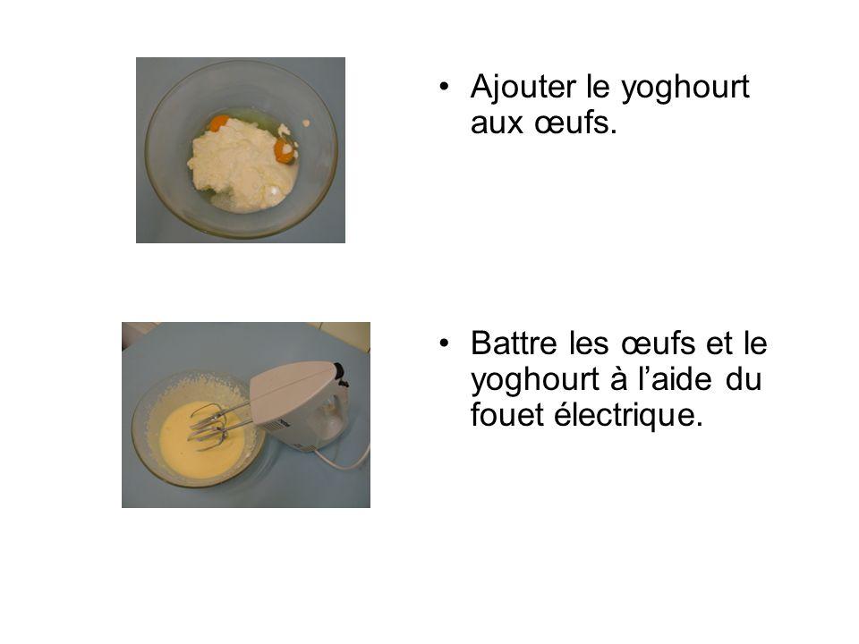 Ajouter le yoghourt aux œufs.