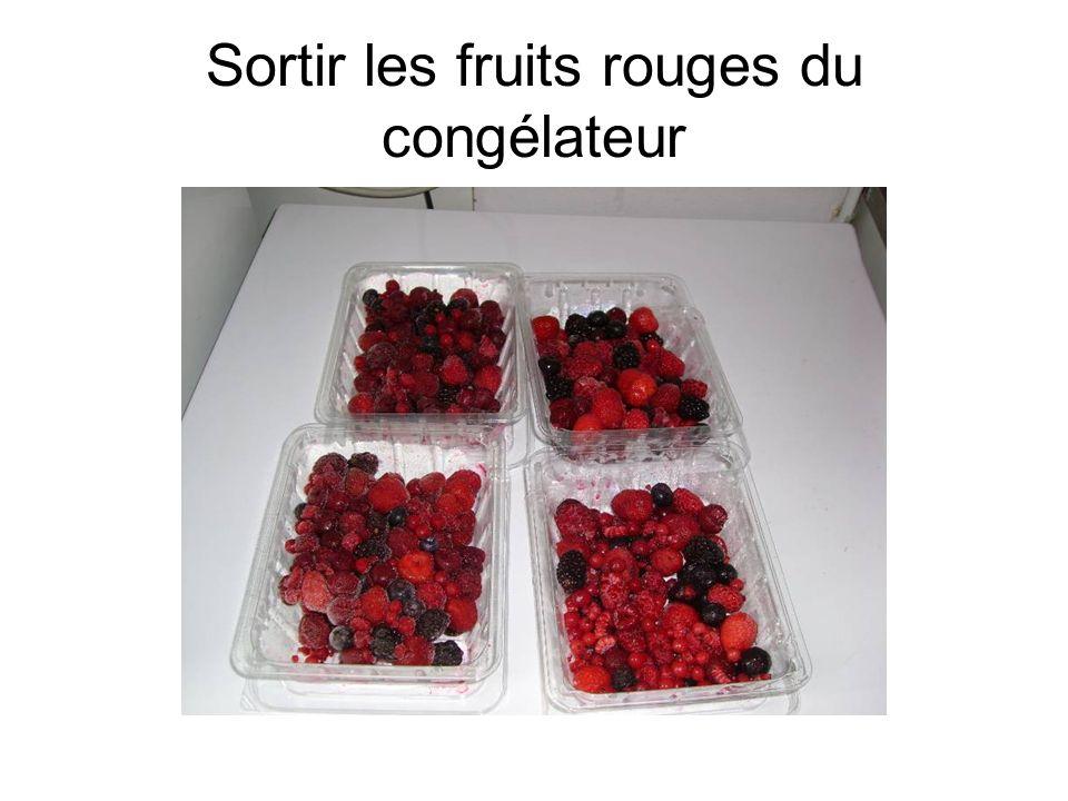 Sortir les fruits rouges du congélateur