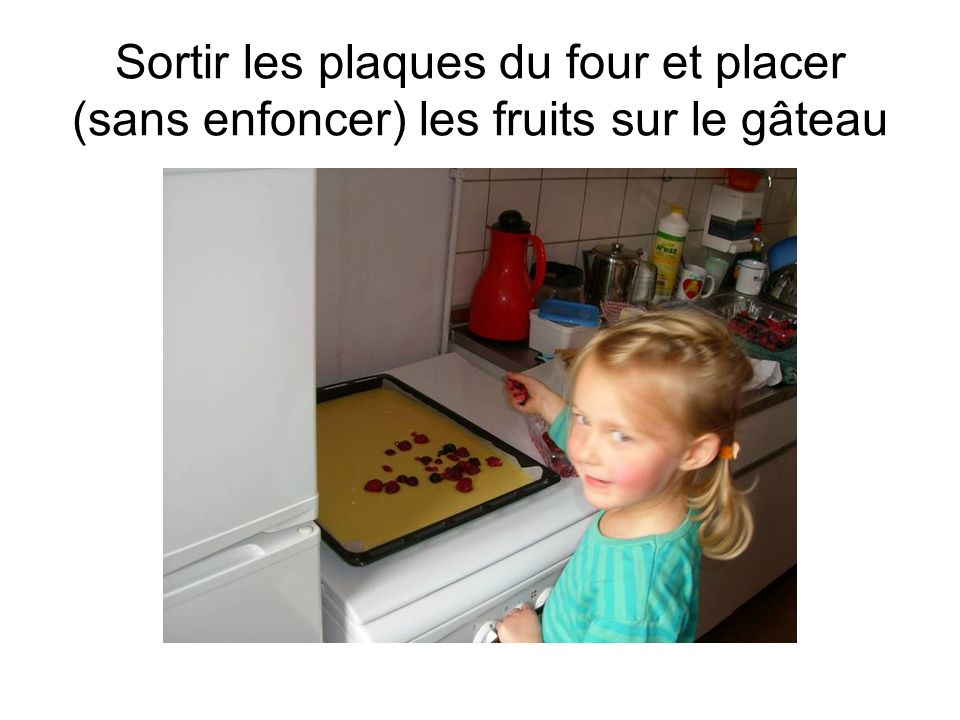 Sortir les plaques du four et placer (sans enfoncer) les fruits sur le gâteau