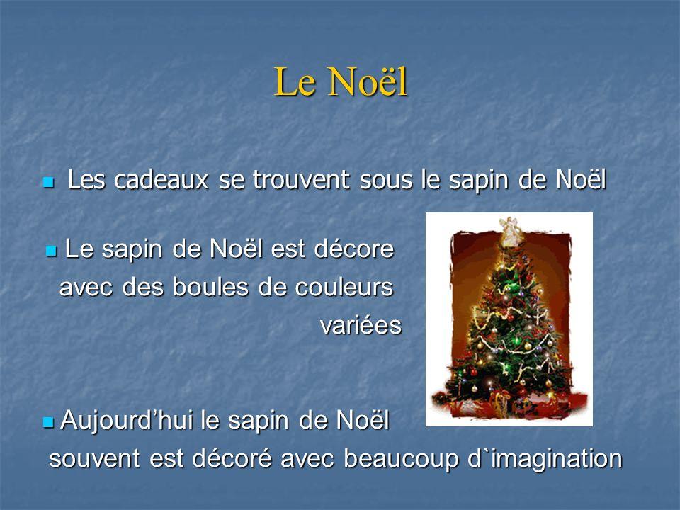 Le Noël Les cadeaux se trouvent sous le sapin de Noël