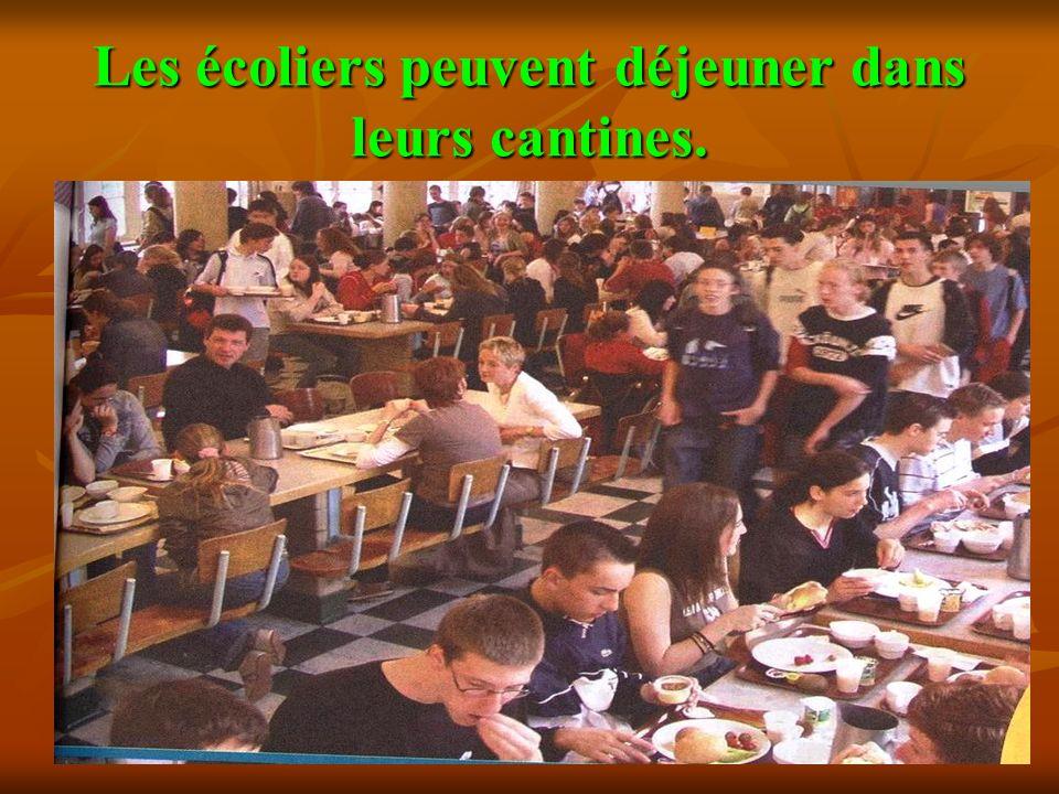 Les écoliers peuvent déjeuner dans leurs cantines.