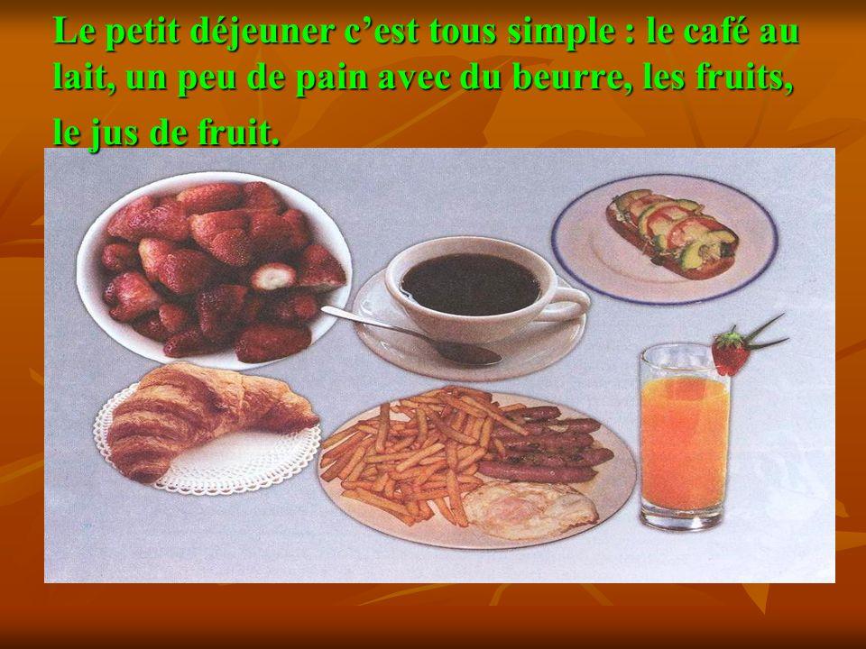 Le petit déjeuner c'est tous simple : le café au lait, un peu de pain avec du beurre, les fruits, le jus de fruit.