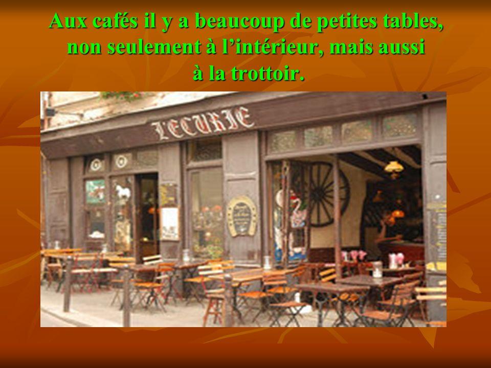 Aux cafés il y a beaucoup de petites tables, non seulement à l'intérieur, mais aussi à la trottоir.