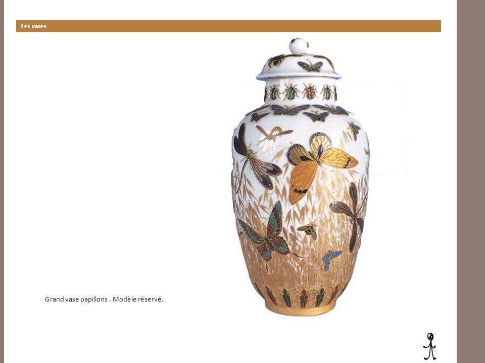 Grand vase papillons . Modèle réservé.