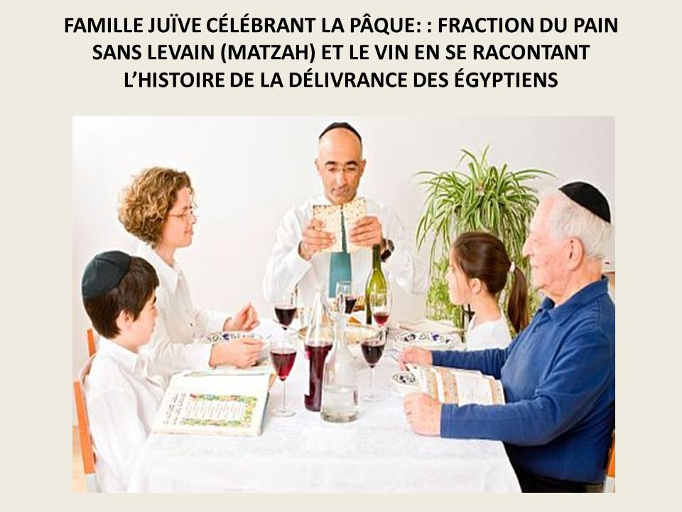 FAMILLE JUÏVE CÉLÉBRANT LA PÂQUE: : FRACTION DU PAIN SANS LEVAIN (MATZAH) ET LE VIN EN SE RACONTANT L'HISTOIRE DE LA DÉLIVRANCE DES ÉGYPTIENS