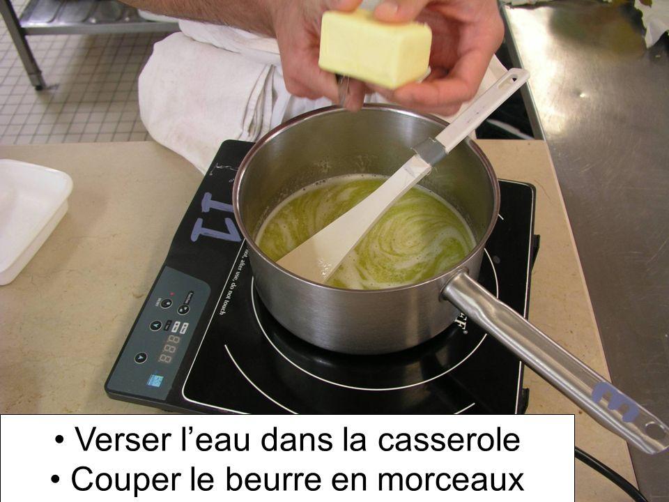 Verser l'eau dans la casserole Couper le beurre en morceaux