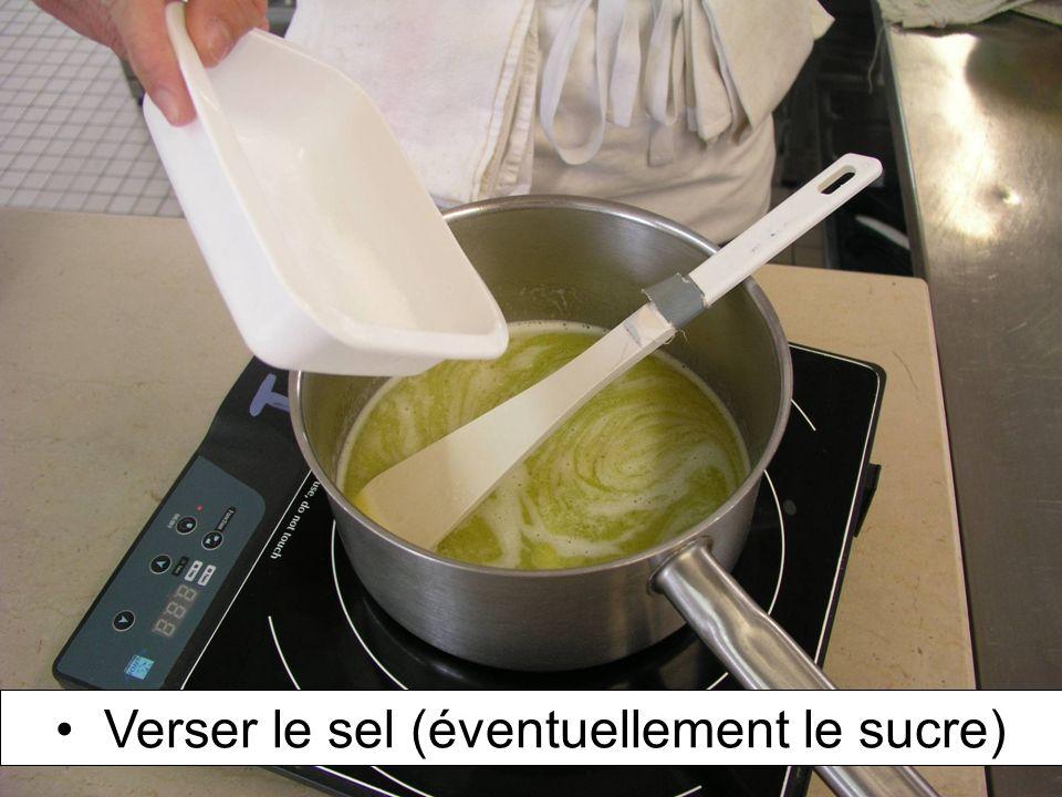 Verser le sel (éventuellement le sucre)