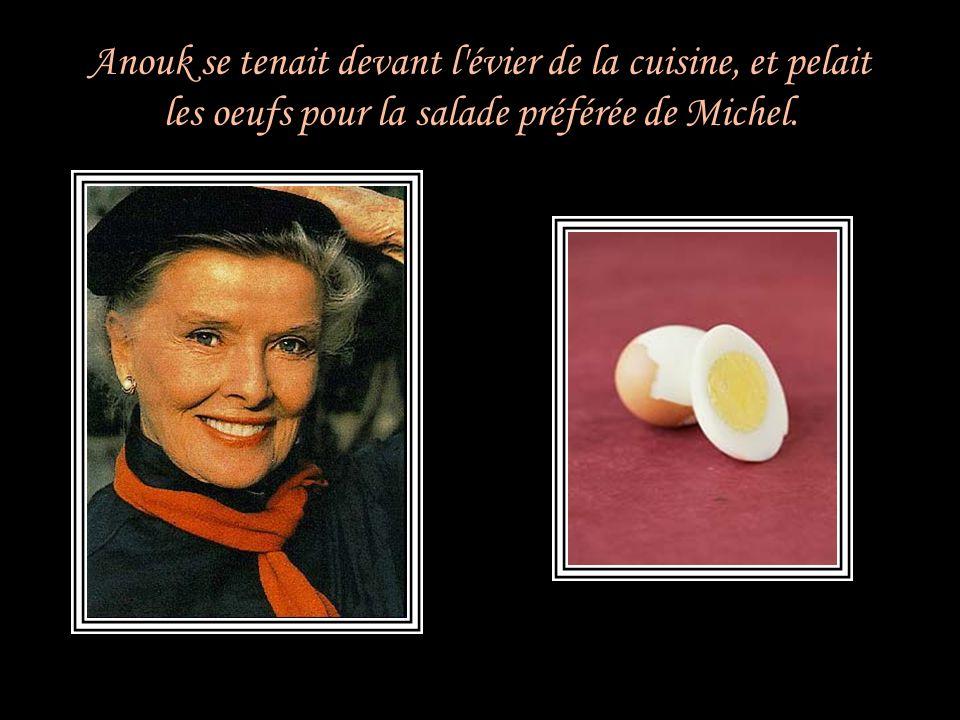 Anouk se tenait devant l évier de la cuisine, et pelait les oeufs pour la salade préférée de Michel.