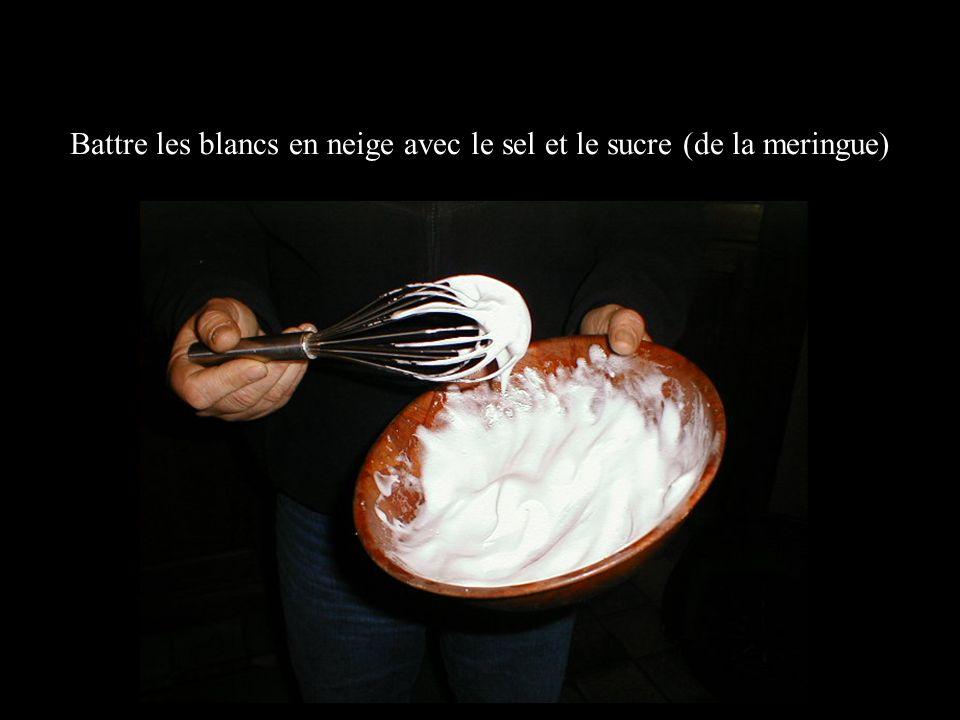 Battre les blancs en neige avec le sel et le sucre (de la meringue)
