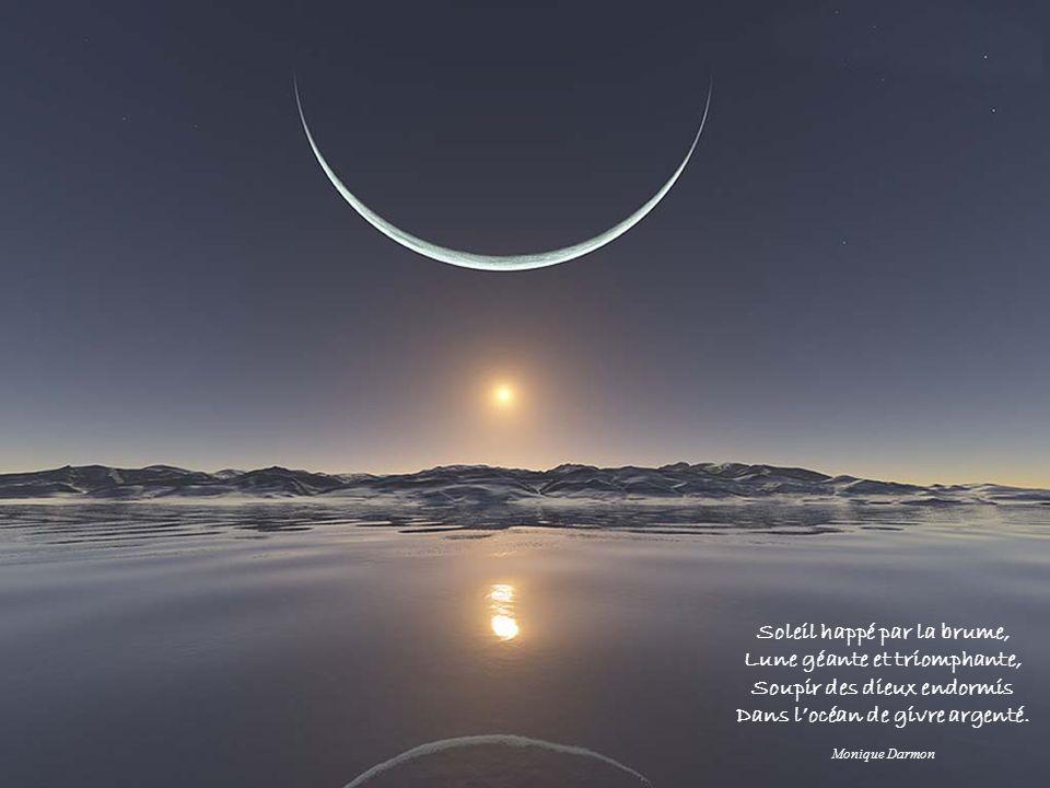 Soleil happé par la brume, Lune géante et triomphante,