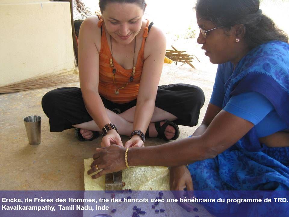 Ericka, de Frères des Hommes, trie des haricots avec une bénéficiaire du programme de TRD.