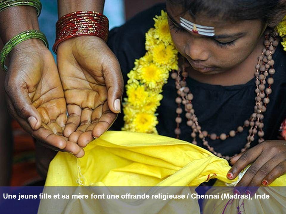 Une jeune fille et sa mère font une offrande religieuse / Chennai (Madras), Inde