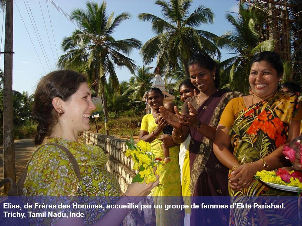 Elise, de Frères des Hommes, accueillie par un groupe de femmes d Ekta Parishad.
