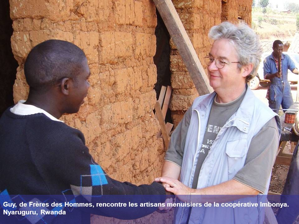 Guy, de Frères des Hommes, rencontre les artisans menuisiers de la coopérative Imbonya.