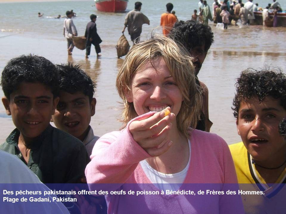 Des pêcheurs pakistanais offrent des oeufs de poisson à Bénédicte, de Frères des Hommes.